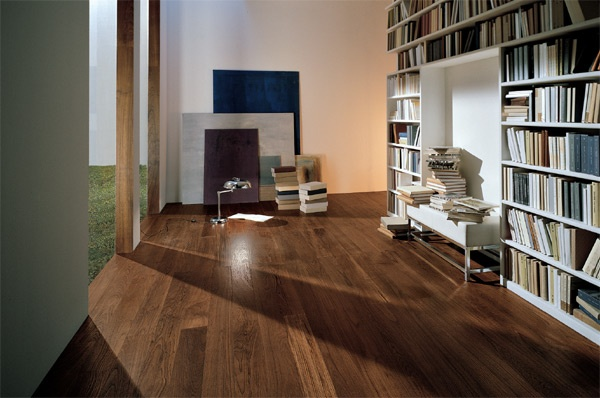 Perfect parquet scuro per arredare un salotto con libreria for Salotto con libreria