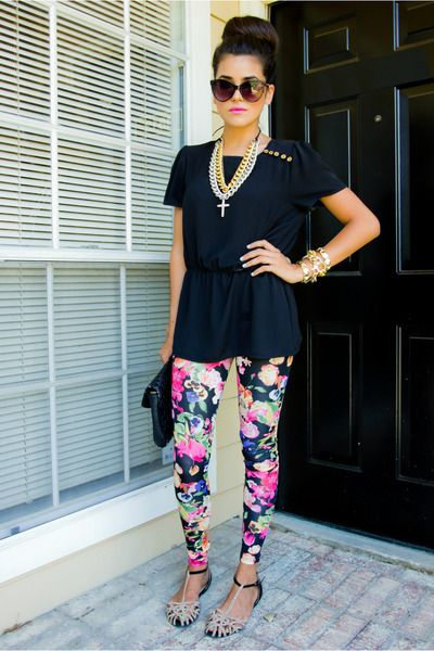 Lastly, another length of leggings that look great with tunic tops to wear over leggings especially in the summers is the one that reaches up to your knees or just below it. These are great for showing off the curves of your legs and also conceal your stomach because of the long tunic worn over it.